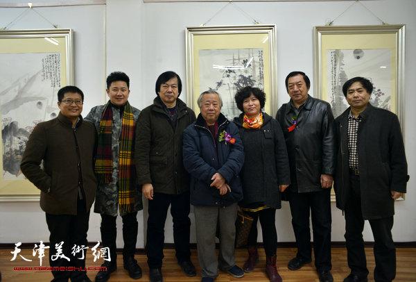 图为左起:闫勇、朱懿、史振岭、阮克敏、史振岭夫人、孙玉河、肖培金在画展现场。