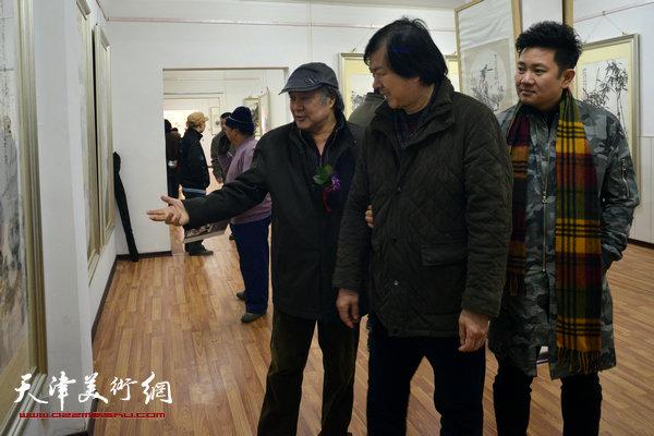 图为郭书仁、史振岭、朱懿在观赏展品。