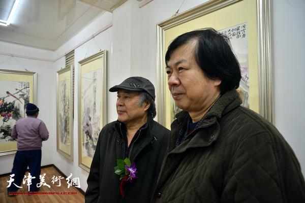 图为郭书仁、史振岭在画展现场。