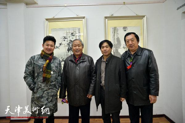 图为左起:朱懿、唐云来、肖培金、孙玉河在画展现场。