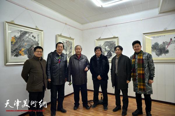 图为左起:闫勇、孙玉河、唐云来、高学年、肖培金、朱懿在画展现场。