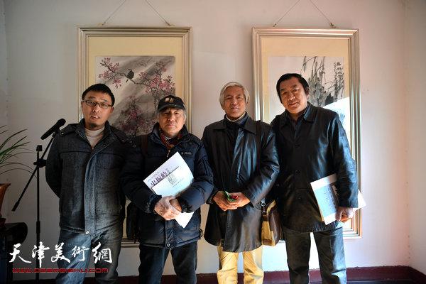 图为左起:张枕石、宋广发、陆福林、孙玉河在画展现场。