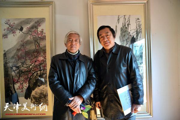 图为陆福林、孙玉河在画展现场。