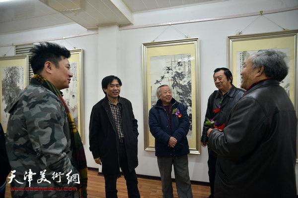 图为阮克敏、唐云来、孙玉河、肖培金、朱懿在画展现场交流。