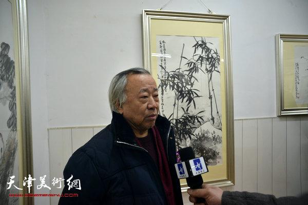 图为阮克敏在画展现场接受媒体采访。