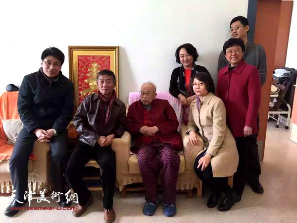 邓国源、孙杰、蒋宗文、郭振山、宋桂展、孙瑜看望孙其峰先生。
