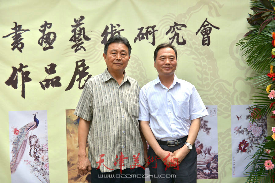 赵毅、邢立宏在爱新觉罗家族书画展上。(2014年6月)