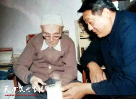 梁崎先生在给女婿讲解读书心得