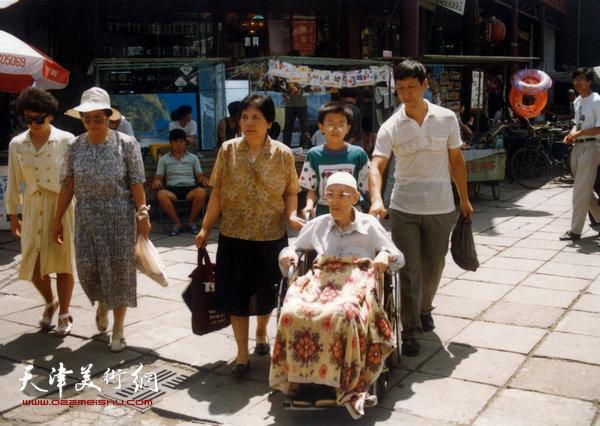 1994年,梁霄鸾、曹恩祥陪伴梁崎先生游览古文化街途中