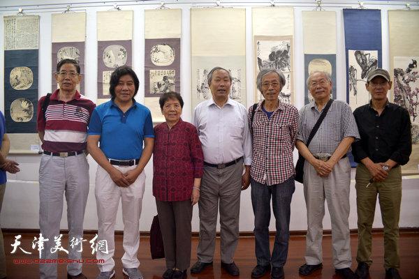 2015年9月,左起:柴寿武、高学年、梁霄鸾、唐云来、姚景卿、蔡金顺、王印强在梁崎作品展上。