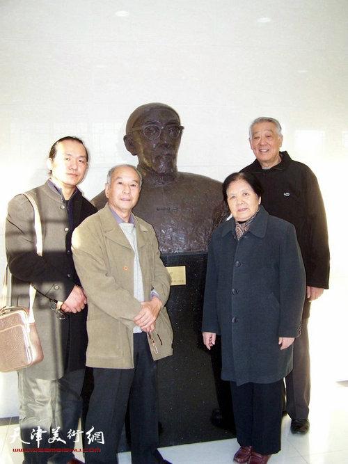 柴树朴与梁崎先生女儿梁霄鸾在梁崎纪念馆。