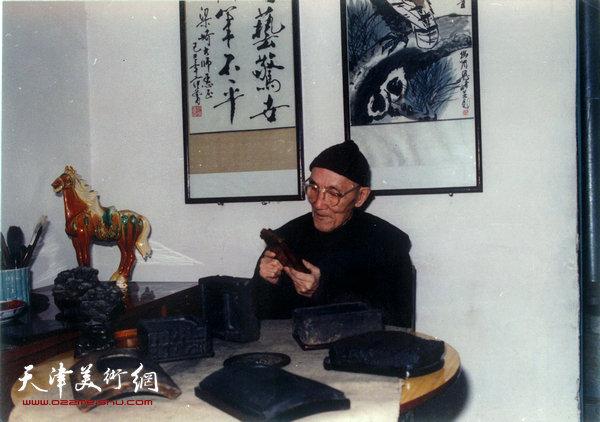 梁崎先生在敦煌楼家中欣赏自家所藏的古砚