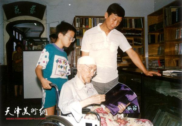梁崎先生在文化街文运堂和学生曹恩祥及重外孙欣赏画册