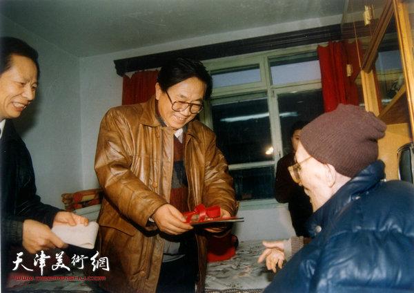梁崎先生获鲁迅文艺特别奖后于家中接受宣传部部长罗远鹏授奖