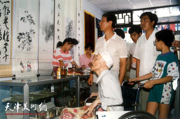 1994年梁崎先生在文化街画廊观赏展出的自己的作品