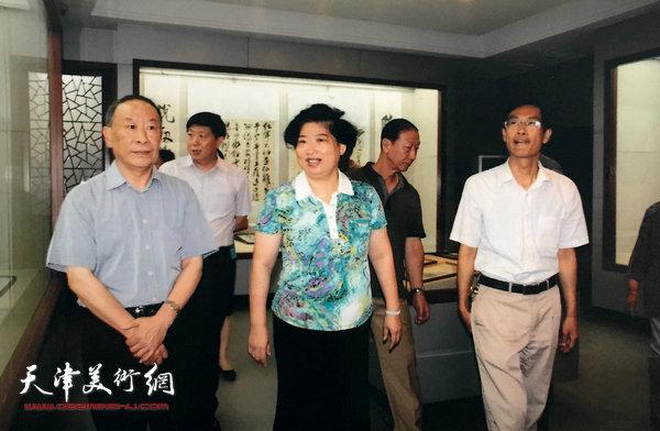 曹恩祥陪同市、区领导参观梁崎、龚望纪念馆。