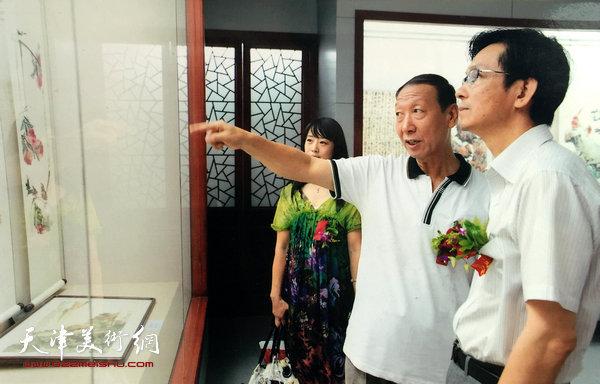 曹恩祥陪同中国美协副主席何家英参观梁崎、龚望纪念馆。