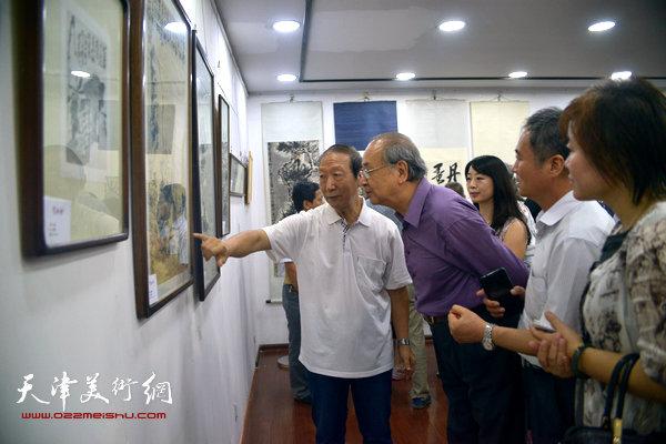 曹恩祥陪同著名书画史论家王振德、出版人邢立宏等参观梁崎、龚望纪念馆。
