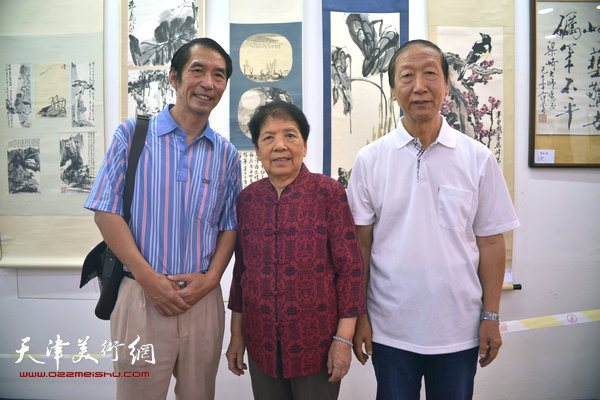 2015年9月,曹恩祥与梁崎先生二女儿梁霄鸾、画家张精来在梁崎画展上。