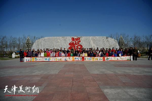 邓店村百名少儿绘制百米长卷