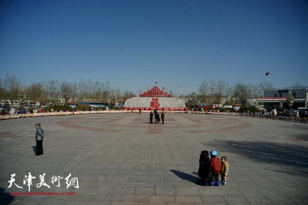 邓店村百名少儿绘制百米长卷。