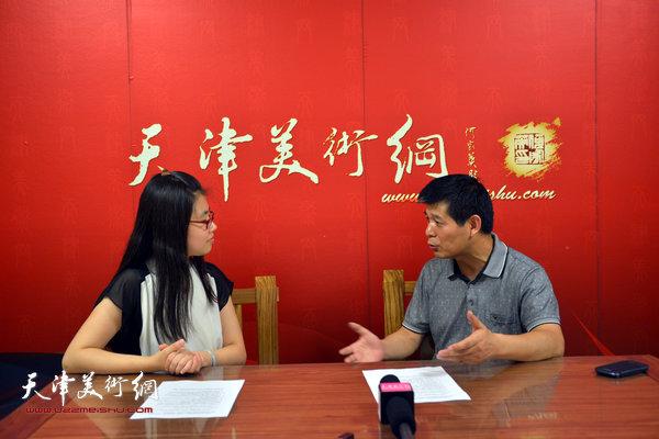 图为范扬接受天津美术网采访。