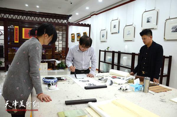 王文元在烟台展览期间创作书法作品