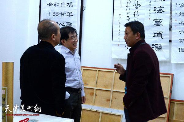 王文元在烟台展览现场与来宾交流