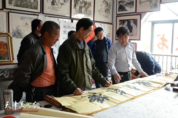 王文元与来宾在北京书画名家龙口写生基地与同行交流书法作品