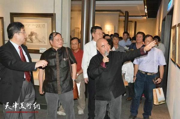 尹沧海教授陪同台湾中国文化大学李天任校长与台湾画学会理事长、孔学会理事长唐健风先生参观画展并讲解