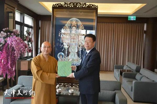 南开大学朱光磊副校长与佛光山副住持慧伦法师在展馆互赠礼品