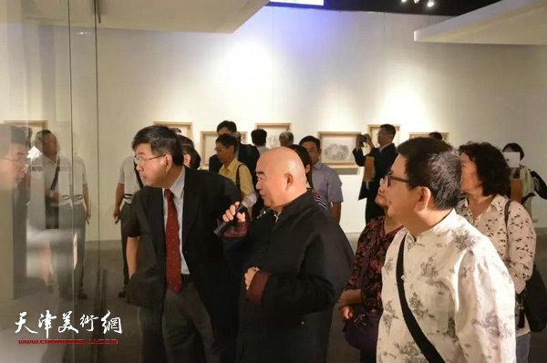 尹沧海教授陪同台湾中国文化大学李天任校长参观画展