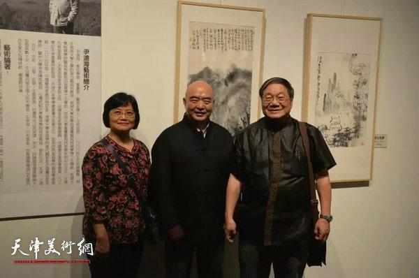 尹沧海教授与台湾画学会理事长、孔学会理事长唐健风先夫妇在画展现场