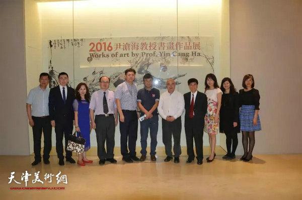 尹沧海教授与好友及随行人员在展厅