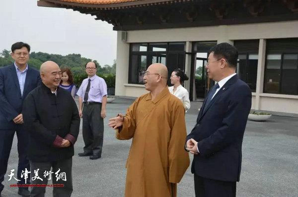 南开大学朱光磊副校长、佛光山副住持慧伦法师与尹沧海教授在本馆佛陀观景台