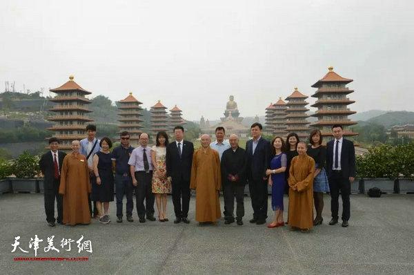 朱光磊副校长、尹沧海教授一行与佛光山副住持慧伦法师等人在佛陀纪念馆前合影