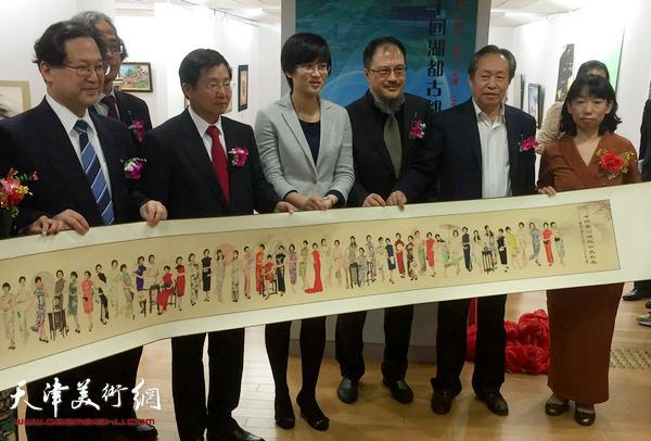 刘国胜、庄雪阳在画展开幕仪式上。