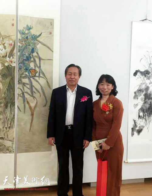 刘国胜、庄雪阳在画展现场。
