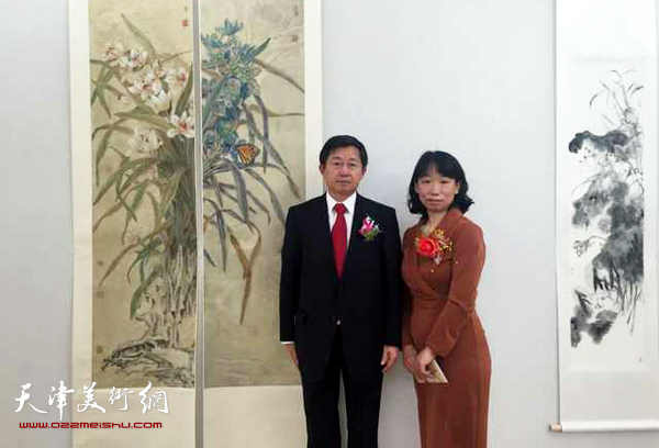 庄雪阳与嘉宾在画展现场。