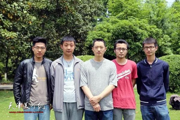 天津美院教授周午生带领学生到武汉植物园写生