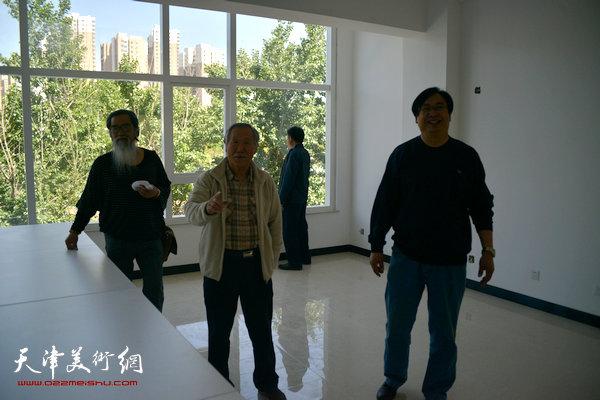 天津美术学院教授、著名画家姬俊尧与涿州画院院长姚占元、副院长宗桂民在金带福路文化传播中心调研。