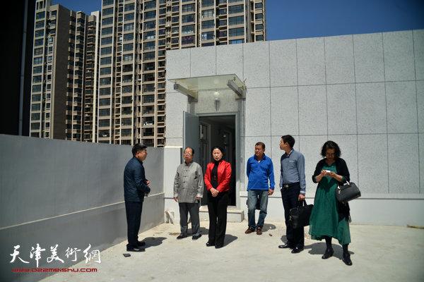滨海新区乾庄文化广场董事长吴梅冬、乾庄书画院院长肖英隽在金带福路文化传播中心。