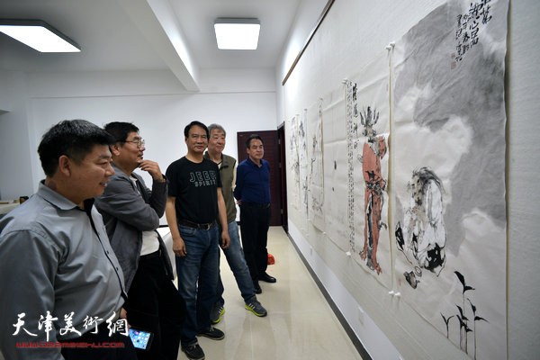 著名画家马寒松、张亚光、王冠惠、李寅虎在金带福路文化传播中心。