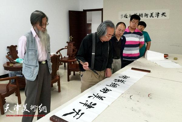 霍春阳为天津美术网艺术馆题写馆名。