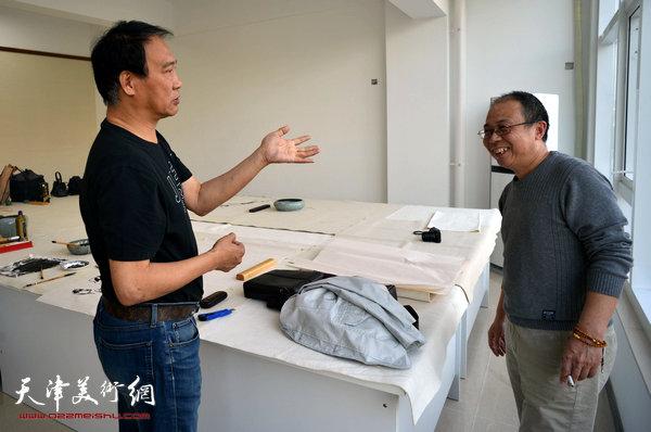著名画家马寒松、王冠惠在金带福路文化传播中心。