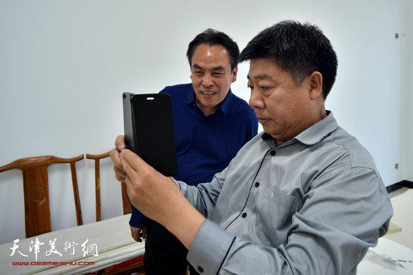 著名画家李寅虎在金带福路文化传播中心。