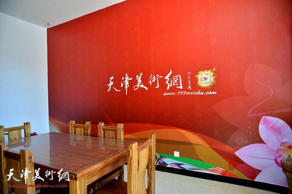 天津美术网新访谈室。