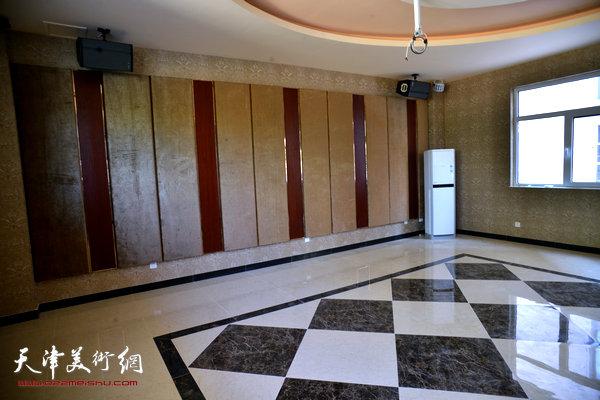 金带福路文化传播中心视听室。
