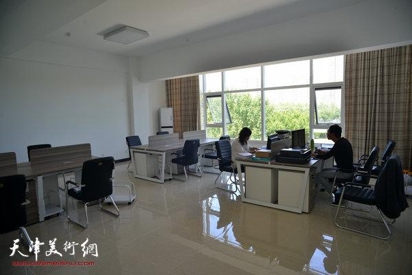 金带福路文化传播中心办公室。