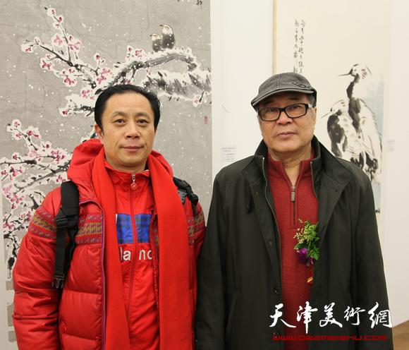 张大功和老师郭书仁在画展上